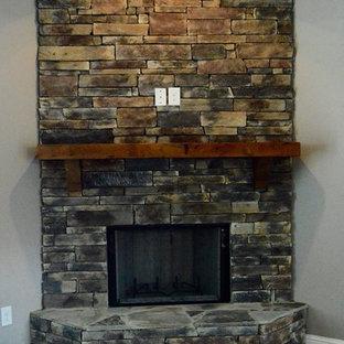 Modelo de salón romántico con paredes marrones, suelo de madera oscura, chimenea tradicional, marco de chimenea de piedra y suelo marrón
