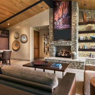 Bild på ett mycket stort funkis allrum med öppen planlösning, med beige väggar, kalkstensgolv, en standard öppen spis, en spiselkrans i sten och en väggmonterad TV