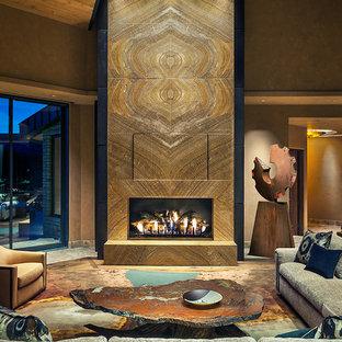 Foto di un ampio soggiorno stile americano aperto con sala formale, camino classico, cornice del camino in pietra, TV nascosta, pareti marroni e pavimento in legno massello medio