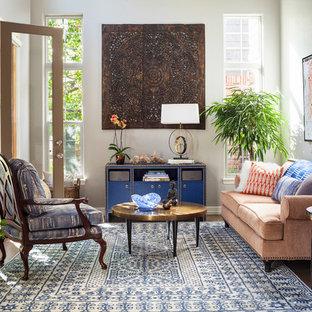 Idéer för ett eklektiskt vardagsrum, med grå väggar, mörkt trägolv och brunt golv