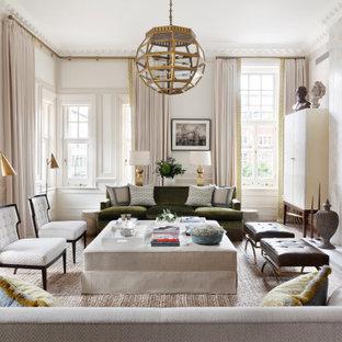 Inredning av ett klassiskt mycket stort vardagsrum, med ett finrum, vita väggar, en standard öppen spis, en spiselkrans i trä och beiget golv