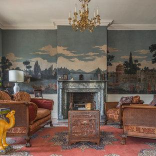 Modelo de salón para visitas cerrado, clásico, grande, con paredes multicolor, suelo de madera en tonos medios, chimenea tradicional, marco de chimenea de piedra y televisor independiente