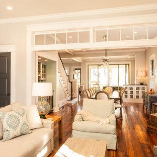 Foto di un soggiorno american style chiuso con pareti beige e pavimento in legno massello medio