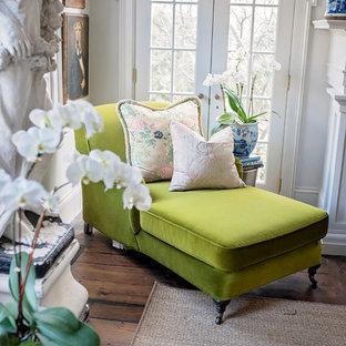 Cette photo montre un grand salon avec une bibliothèque ou un coin lecture romantique fermé avec un mur rouge, un sol en bois foncé, une cheminée standard, un manteau de cheminée en brique, aucun téléviseur et un sol marron.