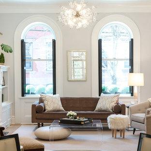 Foto di un soggiorno classico chiuso con sala formale, parquet chiaro, camino classico, cornice del camino in legno, pareti grigie e pavimento beige