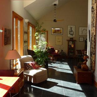Foto di un soggiorno design di medie dimensioni e aperto con pareti bianche, pavimento in ardesia, nessun camino, nessuna TV, pavimento nero e sala formale