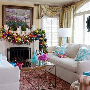 Пример оригинального дизайна: парадная гостиная комната в классическом стиле с желтыми стенами и стандартным камином
