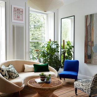 Immagine di un piccolo soggiorno boho chic con sala formale, pareti bianche e parquet scuro