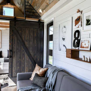 Ispirazione per un piccolo soggiorno country stile loft con pareti bianche, pavimento in sughero, pavimento nero, soffitto in perlinato e pareti in perlinato