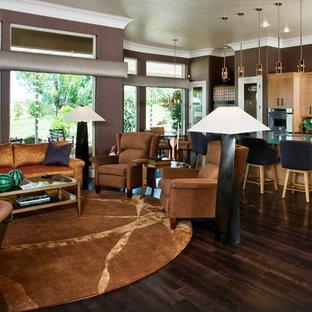 Imagen de salón abierto, actual, grande, con suelo de madera oscura, televisor colgado en la pared y paredes púrpuras