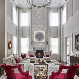 Klassisches Wohnzimmer mit weißer Wandfarbe, dunklem Holzboden, Kamin, braunem Boden und Kassettendecke in New York