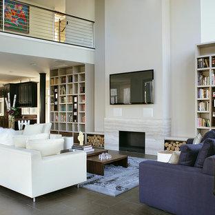 ニューヨークの中くらいのモダンスタイルのおしゃれなLDK (白い壁、標準型暖炉、壁掛け型テレビ、フォーマル、スレートの床、石材の暖炉まわり) の写真