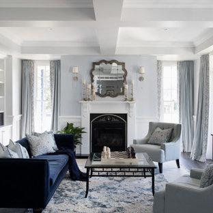 Bild på ett stort vintage vardagsrum, med ett finrum, grå väggar, mörkt trägolv, en standard öppen spis, en spiselkrans i gips och brunt golv