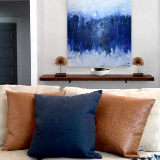 Immagine di un soggiorno mediterraneo di medie dimensioni e aperto con sala formale, pareti grigie, parquet scuro, camino classico e cornice del camino in mattoni