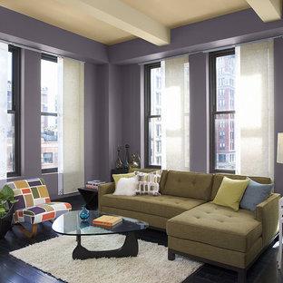 Immagine di un soggiorno contemporaneo con sala formale, pareti viola e parquet scuro