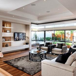 Idées déco pour un grand salon asiatique ouvert avec un mur beige, aucune cheminée et un téléviseur fixé au mur.