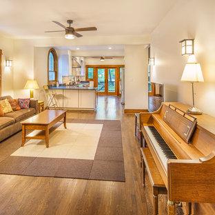 Foto di un soggiorno stile americano di medie dimensioni e aperto con sala della musica, pareti bianche, parquet scuro, nessun camino, TV autoportante e pavimento marrone