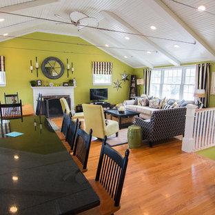 ボストンのビーチスタイルのおしゃれなLDK (緑の壁、無垢フローリング、標準型暖炉、レンガの暖炉まわり、据え置き型テレビ) の写真