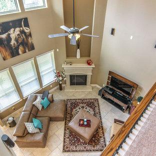 Ejemplo de salón abierto, tradicional renovado, de tamaño medio, con paredes beige, suelo de baldosas de cerámica, chimenea de esquina y televisor independiente