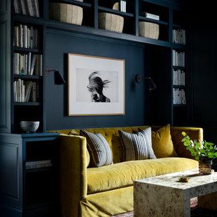 Idee per un grande soggiorno design chiuso con libreria, pareti verdi, parquet scuro, camino classico, nessuna TV e pavimento marrone