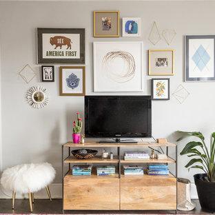 ワシントンD.C.の中くらいのエクレクティックスタイルのおしゃれなLDK (ベージュの壁、濃色無垢フローリング、暖炉なし、据え置き型テレビ) の写真