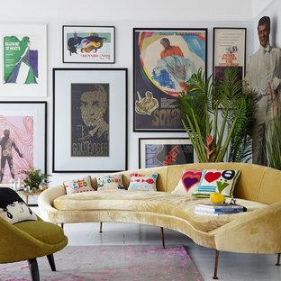 Ejemplo de salón minimalista con paredes blancas, suelo blanco y suelo de madera pintada