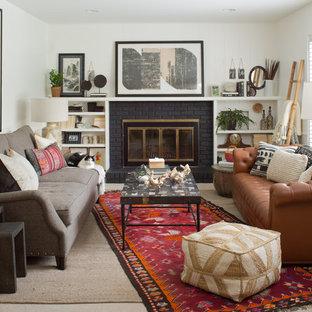 Stilmix Wohnzimmer mit weißer Wandfarbe und Kaminsims aus Backstein in Denver
