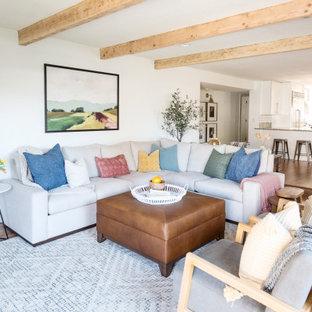 フェニックスの中くらいのカントリー風おしゃれなLDK (白い壁、ラミネートの床、標準型暖炉、レンガの暖炉まわり、壁掛け型テレビ、ベージュの床) の写真