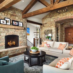 Diseño de salón para visitas abierto y abovedado, rural, sin televisor, con paredes blancas, suelo de madera oscura, chimenea tradicional y suelo marrón