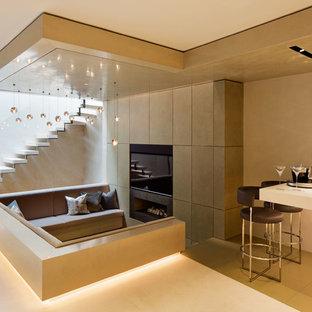 Idee per un soggiorno contemporaneo di medie dimensioni e chiuso con pareti beige, camino lineare Ribbon, parete attrezzata, pavimento beige e angolo bar