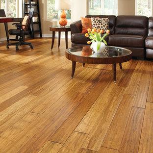 Foto di un soggiorno classico di medie dimensioni e chiuso con sala formale, pareti beige, pavimento in bambù e pavimento marrone