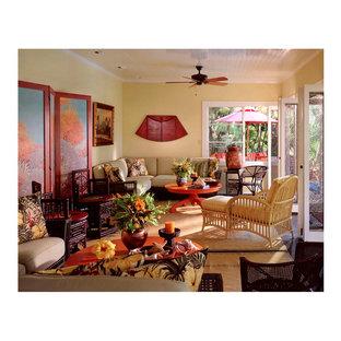 サンタバーバラの中サイズのトロピカルスタイルのおしゃれなLDK (フォーマル、黄色い壁、カーペット敷き、暖炉なし、テレビなし) の写真