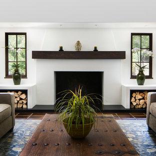 Großes, Repräsentatives, Offenes Klassisches Wohnzimmer mit weißer Wandfarbe, Terrakottaboden, Kamin, verputzter Kaminumrandung und rotem Boden in Santa Barbara