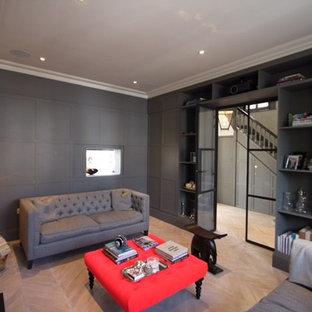 ロンドンの中サイズのコンテンポラリースタイルのおしゃれな独立型リビング (グレーの壁、塗装フローリング、白い床、薪ストーブ、石材の暖炉まわり、壁掛け型テレビ) の写真
