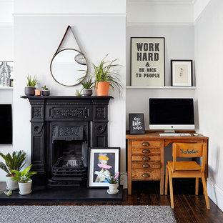Inredning av ett nordiskt mellanstort allrum med öppen planlösning, med ett finrum, vita väggar, mörkt trägolv och en väggmonterad TV