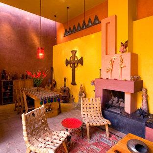 Esempio di un soggiorno bohémian aperto con pareti multicolore, pavimento in mattoni, camino classico e cornice del camino in intonaco