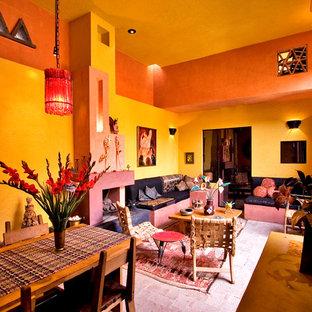 Idee per un soggiorno boho chic aperto con pareti gialle, pavimento in mattoni, camino classico e cornice del camino in intonaco