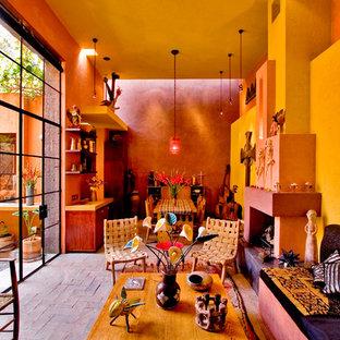 Ispirazione per un soggiorno eclettico aperto con pareti multicolore, camino classico, pavimento in mattoni e cornice del camino in intonaco