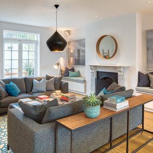 Fantastisch Klassisches Wohnzimmer Mit Weißer Wandfarbe, Braunem Holzboden Und Kamin In  London