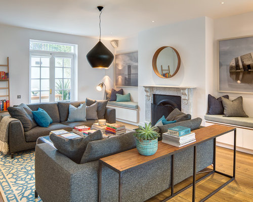 Klassisches Wohnzimmer Mit Weißer Wandfarbe, Braunem Holzboden Und Kamin In  London