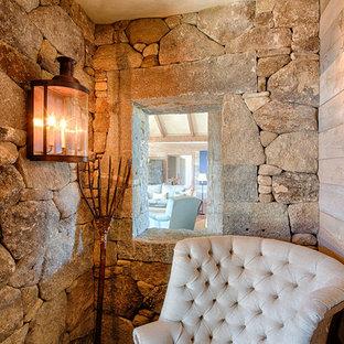 Ejemplo de salón rural, sin televisor, con paredes marrones