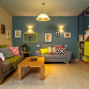 Idee per un soggiorno boho chic con pareti blu e pavimento beige