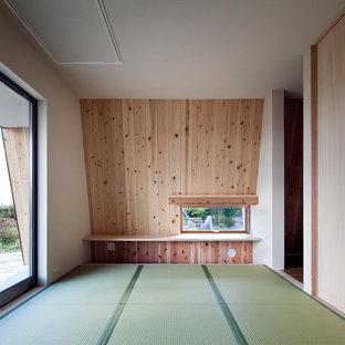 Diseño de salón asiático, pequeño, con paredes blancas, tatami y suelo verde