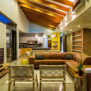 Esempio di un soggiorno minimal aperto con pareti beige e TV autoportante