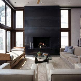 Modelo de salón minimalista con marco de chimenea de metal