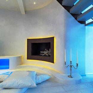 トゥーリンのモダンスタイルのおしゃれなリビングロフト (白い壁、白い床) の写真