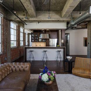 Esempio di un soggiorno industriale aperto con libreria