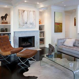 Fernseherloses, Mittelgroßes, Offenes, Repräsentatives Modernes Wohnzimmer mit Kamin, beiger Wandfarbe, dunklem Holzboden, Kaminsims aus Stein und braunem Boden in Atlanta