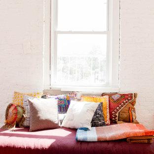 Inspiration för ett orientaliskt vardagsrum, med vita väggar och rött golv