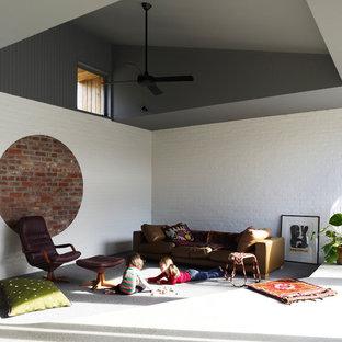 Cette image montre un salon design avec un mur blanc et moquette.